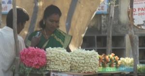 jázminfüzér-árus nő