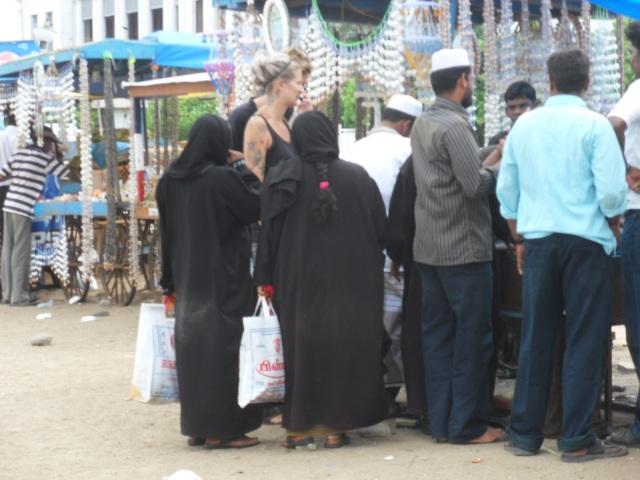 szőke tetovált nő muszlimok között