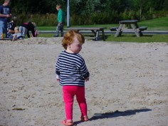 Kislány a homokozóban
