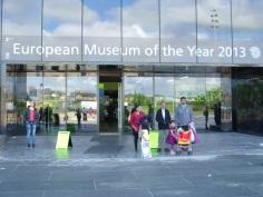 Judit balra a múzeum előtt
