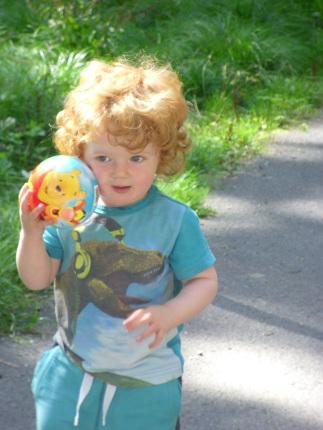 koboldkisfiú labdával
