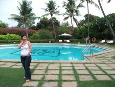 kert medencével és pálmafákkal
